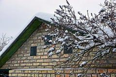 一部分的在雪的一个砖车库 库存图片