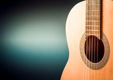 一部分的在黑背景的一把蓝色声学吉他 免版税库存照片