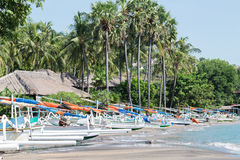 一部分的在Bunutan vilage, Amed,巴厘岛的沙子海滩 图库摄影