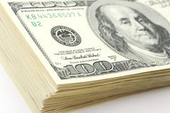 一部分的堆金钱美国人在白色背景的一百元钞票 免版税库存照片