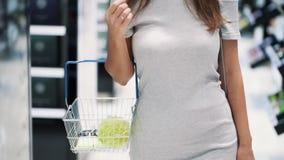 一部分的妇女身体在有篮子的,关闭化妆商店去,慢动作 股票视频