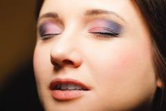 一部分的妇女面孔注视与眼影膏构成细节 免版税库存图片