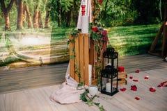 一部分的婚礼曲拱,用在草坪的花装饰的法坛 免版税库存图片