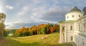 一部分的宫殿和秋天使公园环境美化 库存图片