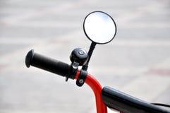 一部分的小孩子的自行车的方向盘 图库摄影