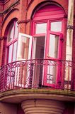 一部分的房子的墙壁 对阳台的门 明亮的颜色 深桃红色和黄绿 图库摄影