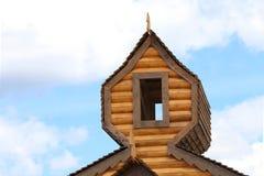 一部分的日志木房子屋顶有窗口的 免版税库存图片