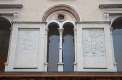 一部分的有一个大厦的胳膊的墙壁在Crema前面大教堂的克雷莫纳省的在伦巴第(意大利) 免版税图库摄影