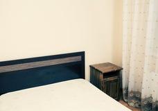 一部分的有床的一间屋子在角落colorized看法 免版税库存照片