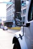 一部分的有浸泡的半卡车小室由雨镜子 免版税库存图片