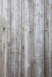 一部分的有灰色被风化的板条的篱芭 库存图片