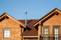 一部分的有蓝天的现代木乡间别墅在背景 eco居民住房屋顶在森林大厦附近的 免版税库存图片