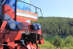 一部分的机车,在森林安置的火车 免版税库存图片
