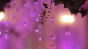 一部分的欢乐装饰,植物布置 婚礼曲拱的细节 婚礼装饰在的仪式枝形吊灯 免版税库存图片