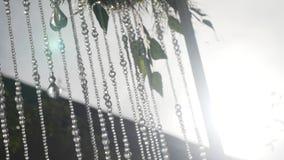 一部分的欢乐装饰,植物布置 婚礼曲拱的细节 婚礼装饰在的仪式枝形吊灯 股票视频