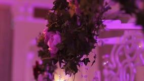 一部分的欢乐装饰,植物布置 婚礼曲拱的细节 婚礼装饰在的仪式枝形吊灯 股票录像