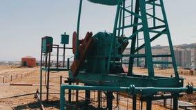 一部分的油pumpjacks在一个运作的油田在巴库,阿塞拜疆 运转的油泵和老生锈的铁剪影  影视素材