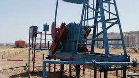 一部分的油pumpjacks在一个运作的油田在巴库,阿塞拜疆 运转的油泵和老生锈的铁剪影  股票录像