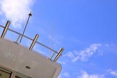 一部分的游艇机体在蓝天下 免版税库存图片
