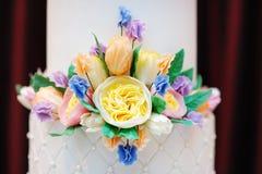 一部分的白色婚礼或生日蛋糕 免版税库存图片