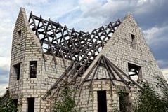 一部分的白色砖房子的建筑和有一个木粱的一个屋顶 库存照片