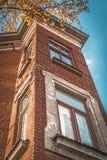 一部分的砖大厦与窗口的 免版税库存图片