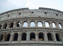 一部分的罗马斗兽场和天空的门面 免版税图库摄影