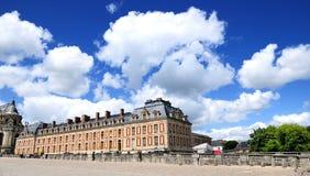 一部分的美丽的宫殿在蓝天下 库存图片