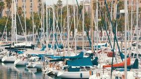 一部分的美丽的白色时髦的游艇在一个港口或海湾停泊了在巴塞罗那 股票录像