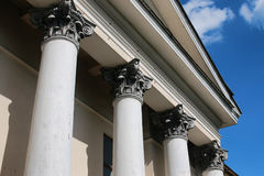一部分的老被放弃的专栏大厦 免版税库存图片