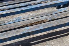 一部分的老长木凳 免版税库存照片