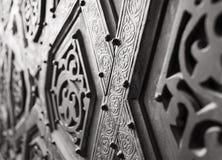 一部分的苏丹Qalawun清真寺, Al Moez街道,开罗,埃及的古铜板材门的装饰品 库存照片