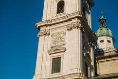 一部分的萨尔茨堡主教座堂的门面,其中一城市的最著名和最美丽如画的视域 门面  免版税库存照片