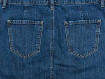一部分的蓝色牛仔布裙子 木背景,时兴的骗局 库存照片