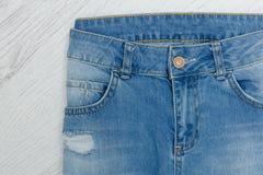 一部分的蓝色被剥去的牛仔裤 细节特写镜头 库存图片