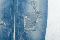 一部分的蓝色被剥去的牛仔裤 细节特写镜头 免版税库存图片