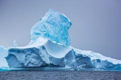 一部分的蓝色beautifull更大的冰山在海洋,南极洲 免版税库存图片