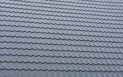 一部分的金属一个铺磁砖的屋顶  免版税库存图片