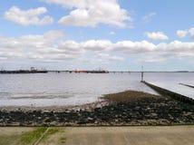 一部分的长的由海滨的罐车卸货的跳船 免版税库存照片