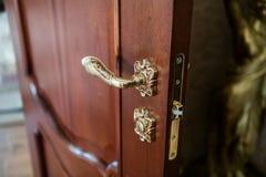 一部分的门 古色古香的豪华门把手 典雅的把柄 免版税库存图片