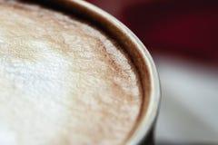 一部分的黑暗的杯子用鲜美咖啡浓咖啡和软的泡沫特写镜头 库存照片