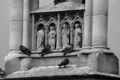 一部分的巴黎圣母院主要门面其中一条的街道 库存照片