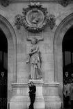 一部分的巴黎圣母院主要门面其中一条的街道 免版税图库摄影