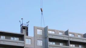 一部分的轴承墙壁建筑,运转的起重机勾子灰色公寓  影视素材
