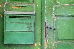 一部分的绿色破旧的门 免版税库存照片