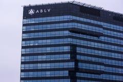 一部分的ABLV在降雪期间的银行房子 免版税库存照片