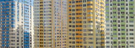 一部分背景的在const期间的多故事公寓住宅区 库存照片