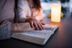 一部小女孩和祖母读书圣经在家 库存图片