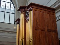 一部巨型的橡木19世纪管风琴的侧视图 库存照片
