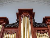 一部巨型的橡木19世纪管风琴的向上看法 免版税库存照片
